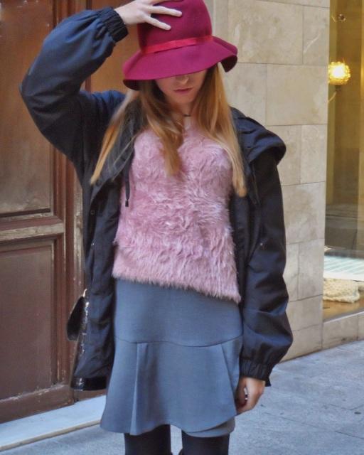 pelo empolvado y sombrero burgundy